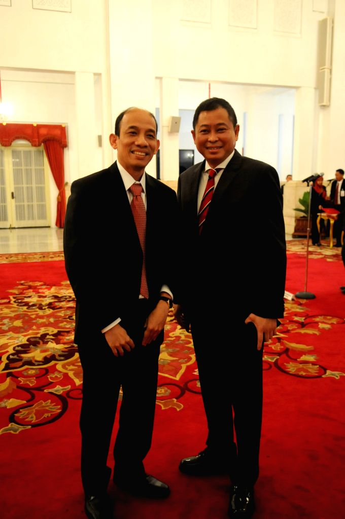 JAKARTA, Oct. 14, 2016 - New Energy and Mineral Resources Minister Ignasius Jonan (R) and deputy energy minister Archandra Tahar pose for a photo after their inauguration at the Presidential Palace ... - Ignasius Jonan
