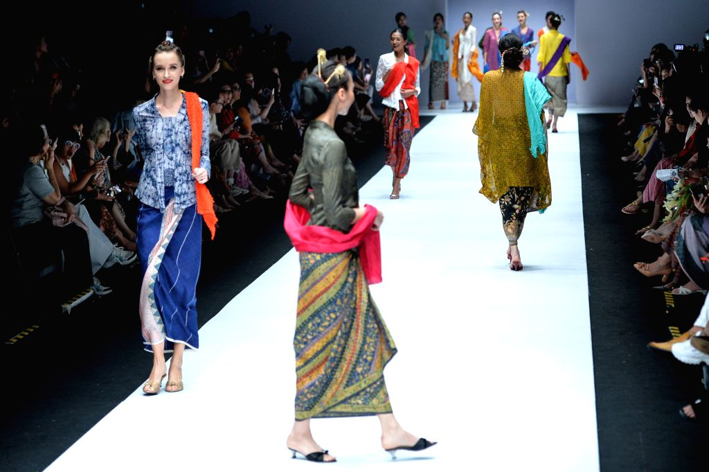 JAKARTA, Oct. 25, 2018 - Models present creations designed by Obin during Jakarta Fashion Week in Jakarta, Indonesia, Oct. 25, 2018.