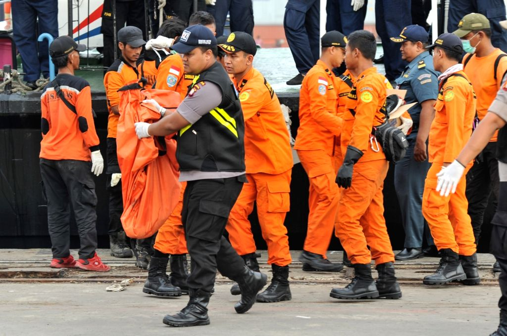 JAKARTA, Oct. 31, 2018 - Indonesian Search and Rescue (SAR) members carry  a body bag that  contains victim of the crashed Lion Air JT 610 at the Tanjung Priok port, Jakarta, Indonesia, Oct. 31, ...
