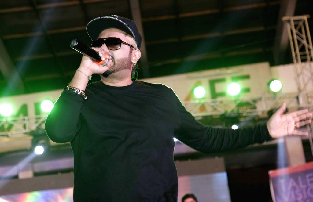 Jalandhar: Singer rapper Honey Singh performs during a programme at a Jalandhar university programme on April 29, 2016. (Photo: IANS) - Singh