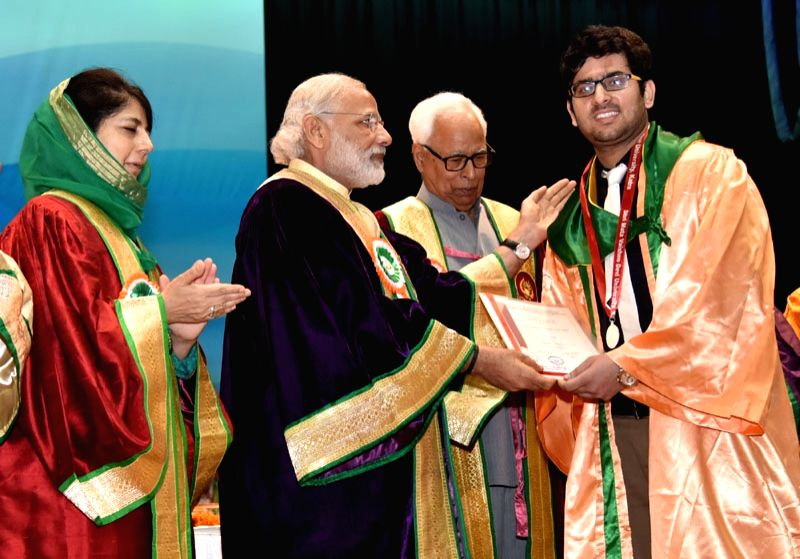 Jammu and Kashmir : The Prime Minister Narendra Modi distributes the awards to students with the Governor of Jammu and Kashmir, Shri N.N. Vohra and Chief Minister of Jammu and Kashmir, Ms. Mehbooba ... - Narendra Modi and Mehbooba Mufti