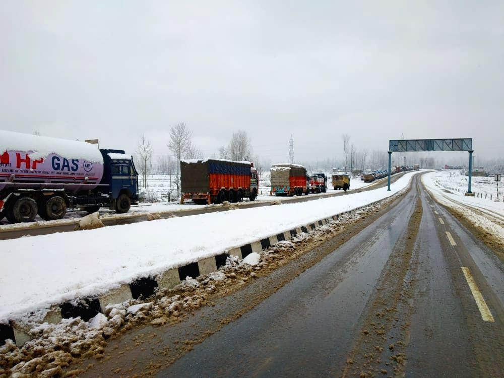 Jammu-Srinagar Highway to open for stranded vehicles on Tuesday.(photo:IANS)