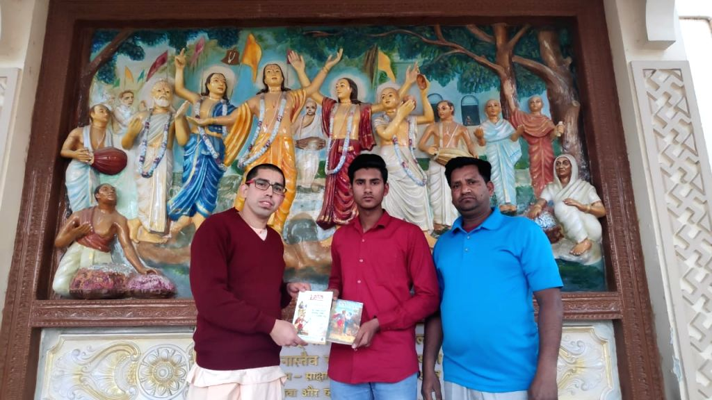 Jamuna Jivan Das presenting book to winner Abdul Kagzi who is accompanied by his father abdur kaleem on hare krishna temple in Jaipur on Feb 08, 2020.