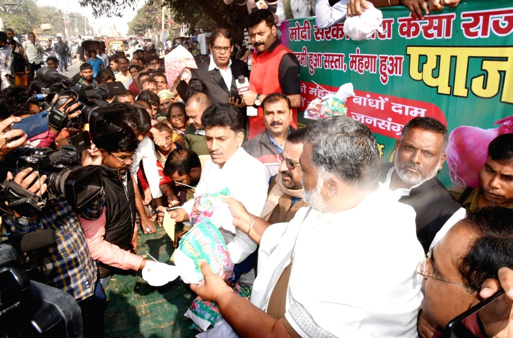 Jan Adhikar Party leader Pappu Yadav sells onions at cheaper prices outside a BJP office, during a protest against rise in prices of the vegetable across the country, in Patna on Dec 3, 2019. - Pappu Yadav