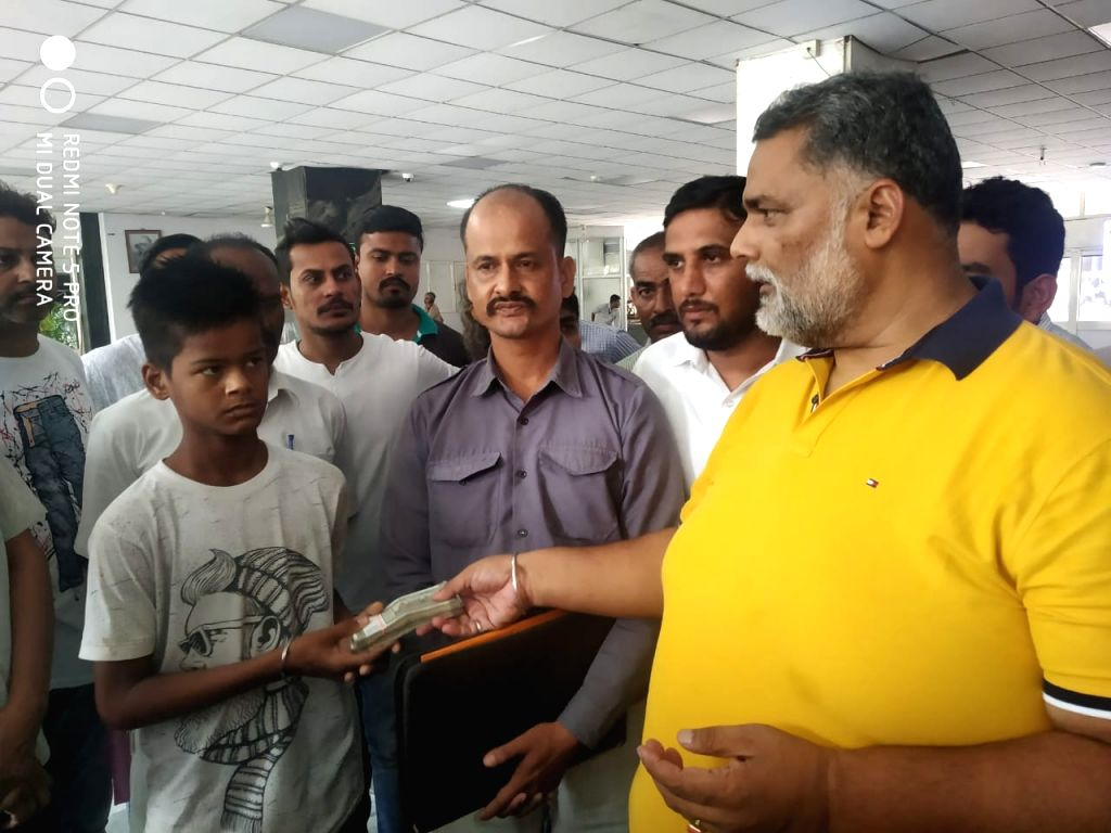 Jan Adhikar Party President and former MP Rajesh Ranjan alias Pappu Yadav has come forward to help Krishna Singh, the young soldier of the Anna movement, who is suffering from a serious illness. ... - Pappu Yadav and Singh
