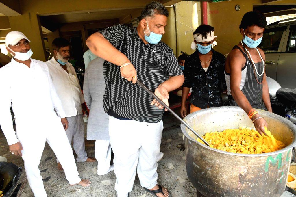 Jan Adhikar Party president Rajesh Ranjan alias Pappu Yadav prepare food for COVID victims, in Patna On Tuesday, May 04, 2021. - Pappu Yadav
