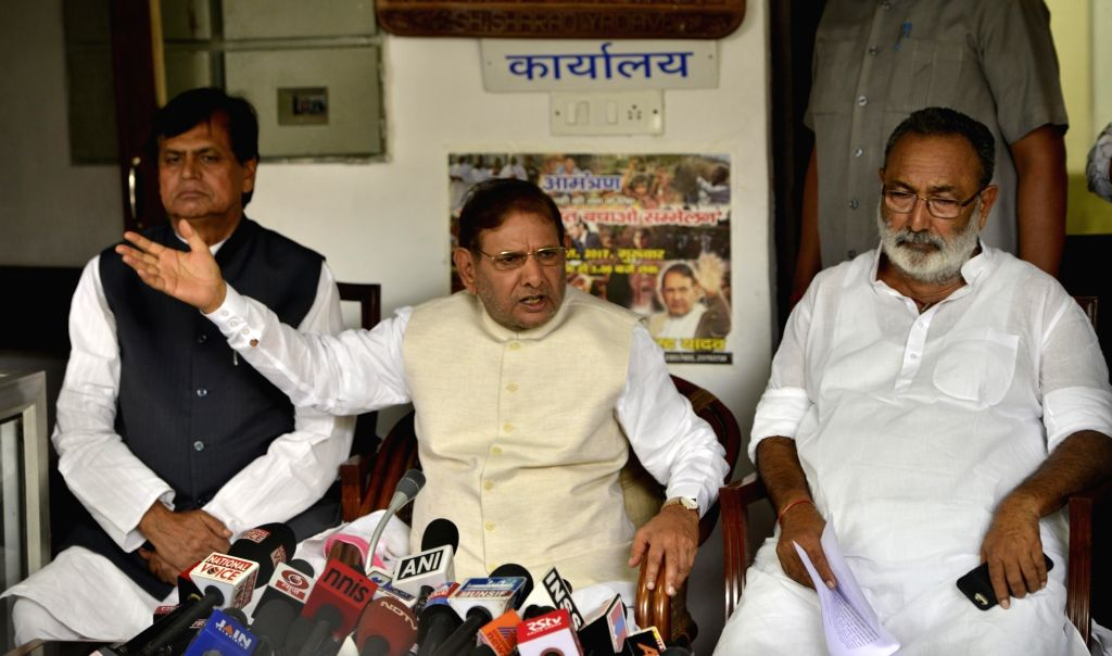 Janata Dal (U) leader Sharad Yadav along with party leaders speaking to media during a press conference at his residence in New Delhi on Aug. 16, 2017. - Sharad Yadav