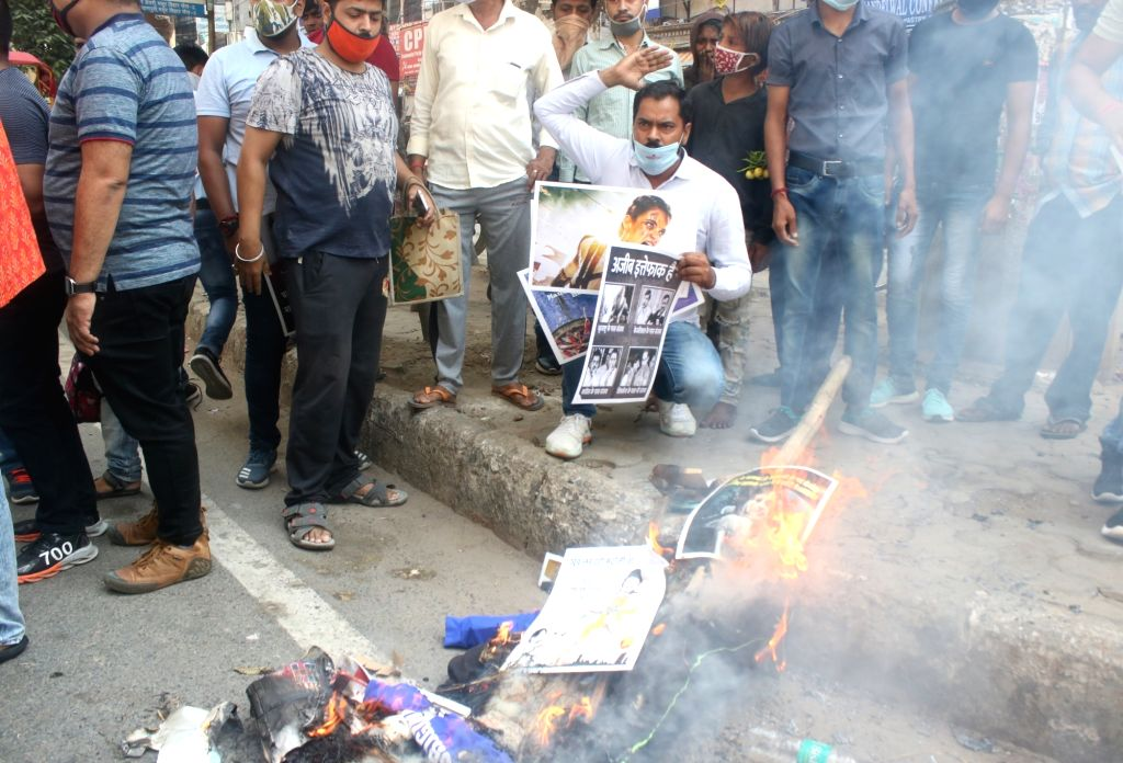 Jankalyan Samiti members led by its general secretary Sumit Malhotra burn the effigy of Shiv Sena president and Maharashtra Chief Minister Uddhav Thakeray and other party leaders during a ... - Uddhav Thakeray, Kangana Ranaut and Sumit Malhotra