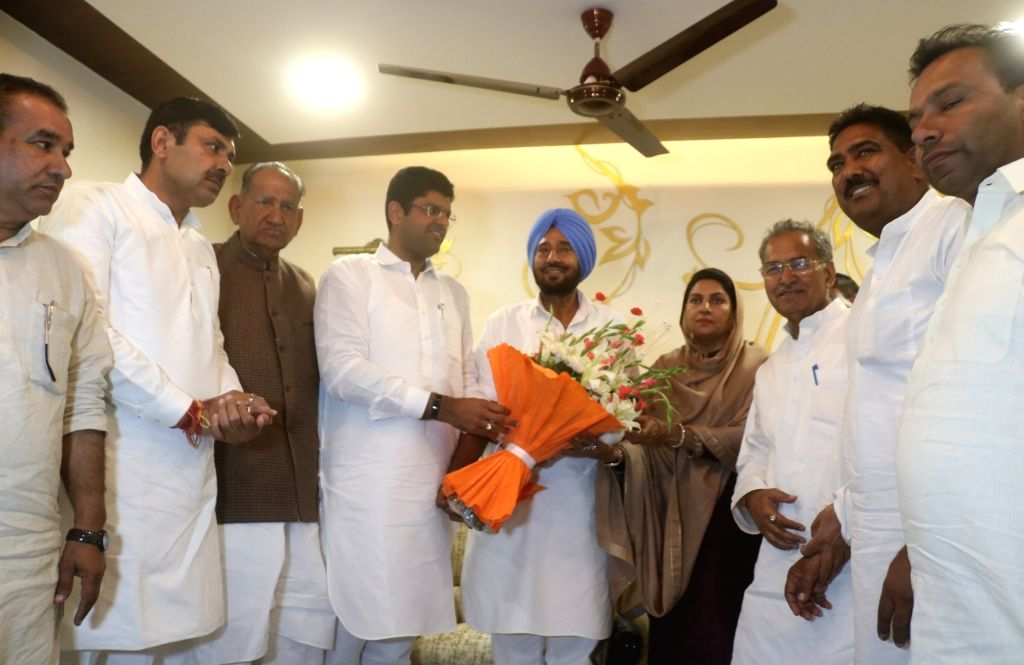 Jannayak Janata Party (JJP) chief Dushyant Chautala meets his party's MLAs at his residence in New Delhi on Oct 25, 2019.
