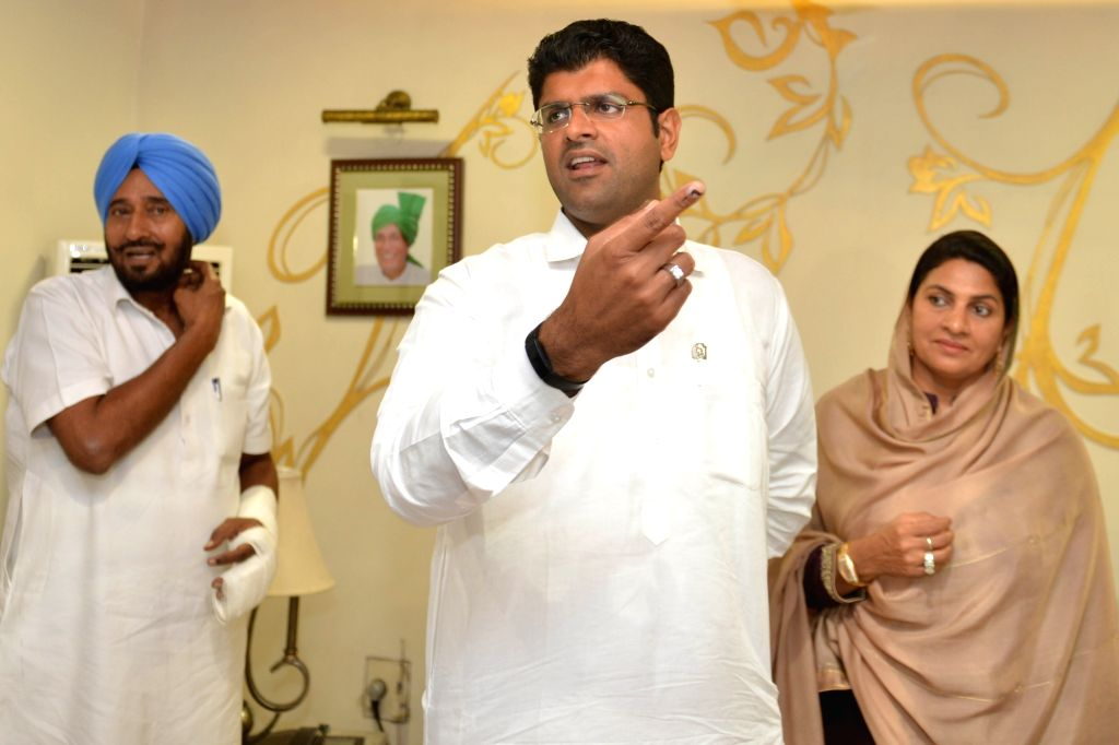 Jannayak Janata Party (JJP) chief Dushyant Chautala with his mother Naina Singh Chautala and Haryana party President Sardar Nishant Singh during a meeting with party MLAs, at his residence ... - Naina Singh Chautala and Sardar Nishant Singh