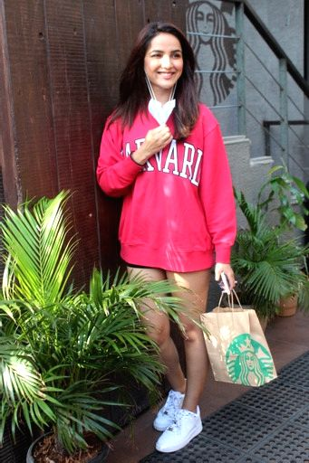 Jasmin Bhasin spotted at Starbucks Juhu On Monday, 24 May, 2021.