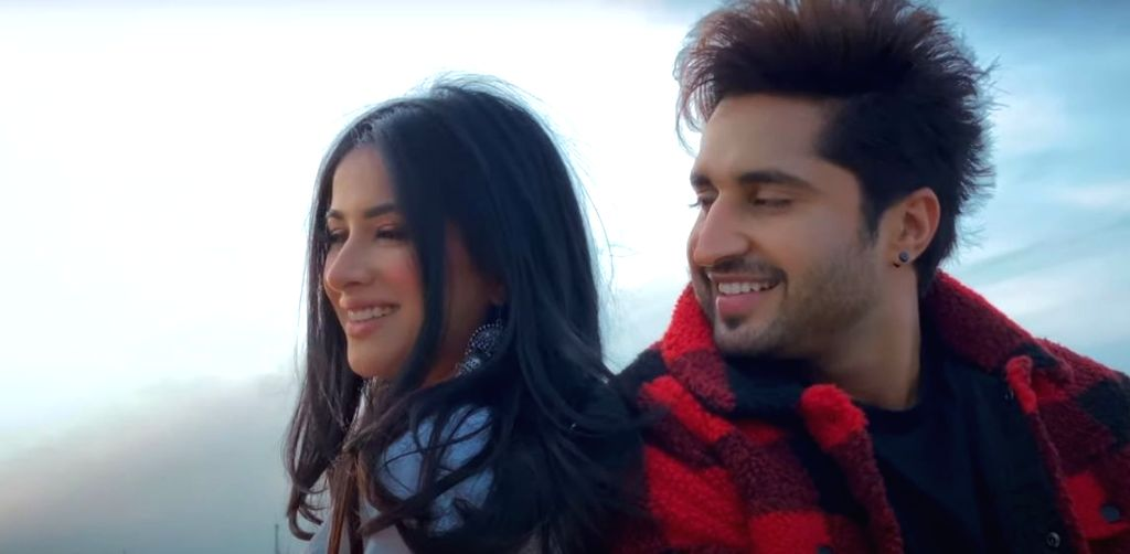 Jassie Gill shoots his latest song's video on phone.