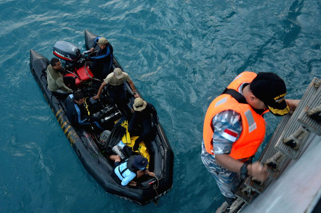 Indonesian Navy divers prepare to lift the tail of AirAsia Flight 8501 in Java sea, Indonesia Friday, Jan. 9, 2015. Indonesia said it had found the tail of AirAsia .