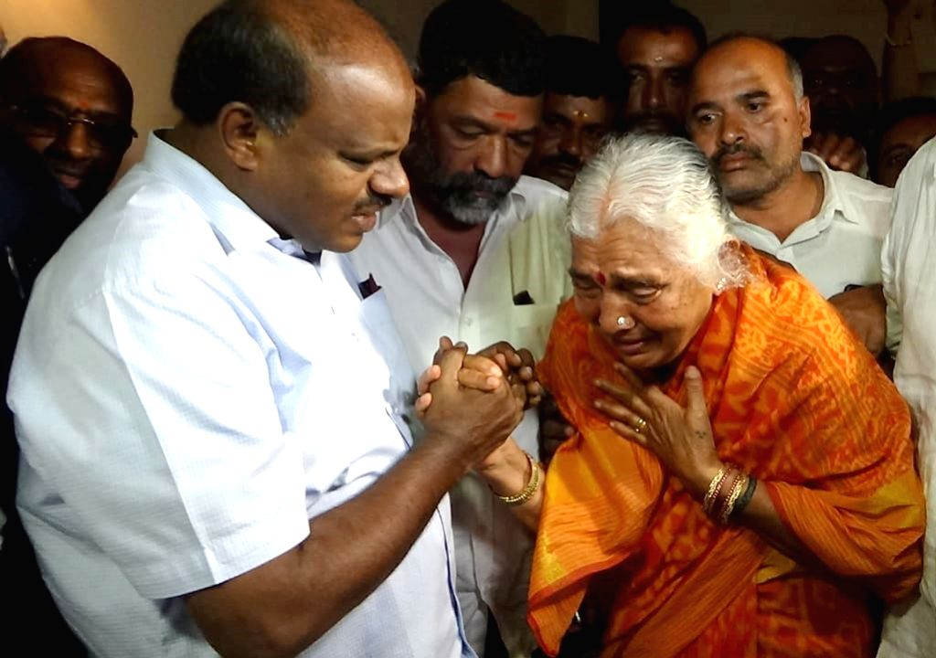 JD(S) leader HD Kumaraswamy consoles Gowramma, mother of D. K. Shivakumar in Kanakapura on Sep 6, 2019.