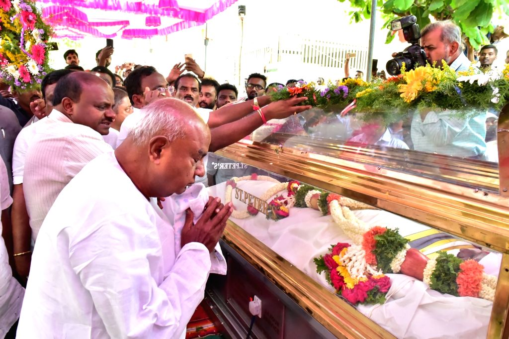 JD-S supremo H. D. Deve Gowda and Karnataka Chief Minister H.D. Kumaraswamy pay tributes to K.G. Hanumantharayappa, one of the five Janata Dal-Secular (JD-S) members who were were killed ... - H.