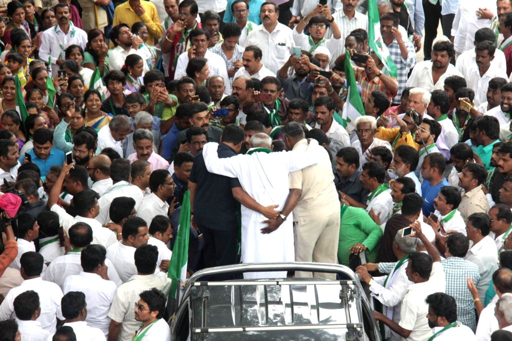 JD-S supremo H. D. Deve Gowda participates in a farmers' rally called by Karnataka Brashtachara Virodhipade (KBV) in association with different labour unions, pro-farmer organisations and ...