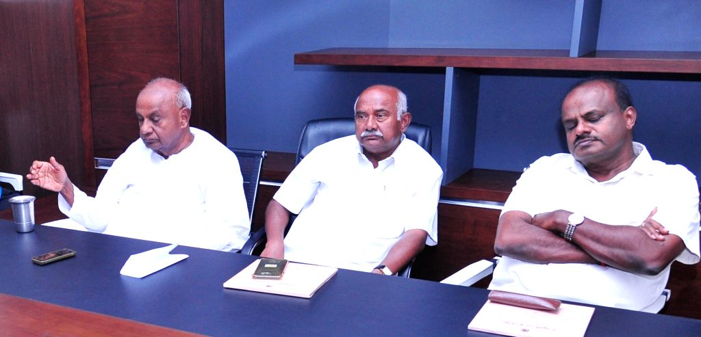 JD(S) Supremo HD Devegowda with Karnataka Chief Minister HD Kumarswamy and JD(S) State President Viswhanath during a meeting of JD(S) legislatures in Bengaluru, on May 24, 2019. - H