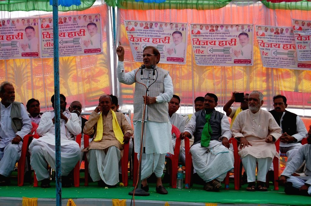 JD(U) chief Sharad Yadav addresses a public rally in Jhabua of Madhya Pradesh on Nov 18, 2015.