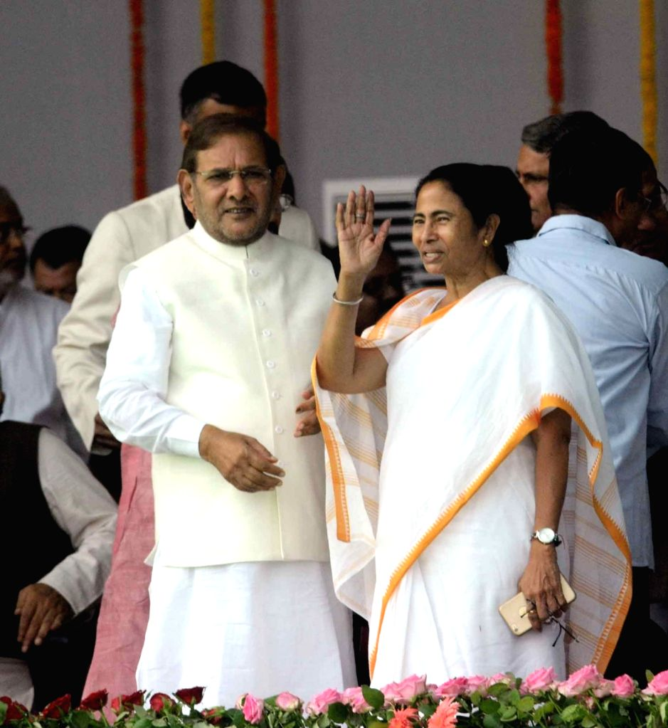 JD(U) chief Sharad Yadav and West Bengal Chief Minister Mamata Banerjee  during the swearing-in ceremony of the new JD-U-RJD-Congress coalition government in Patna, on Nov 20, 2015. - Mamata Banerjee and Sharad Yadav