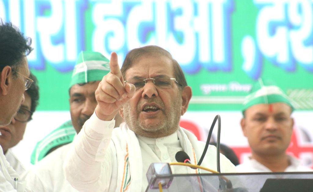 JD (U) leader Sharad Yadav addresses during a sit-in demonstration against Modi led NDA Government in New Delhi, on May 25, 2017. - Sharad Yadav