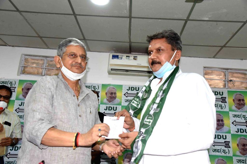 JD-U MP Lalan Singh welcomes Former Bihar ADG Sunil Kumar into the party, in Patna on Aug 29, 2020. - Lalan Singh and Sunil Kumar