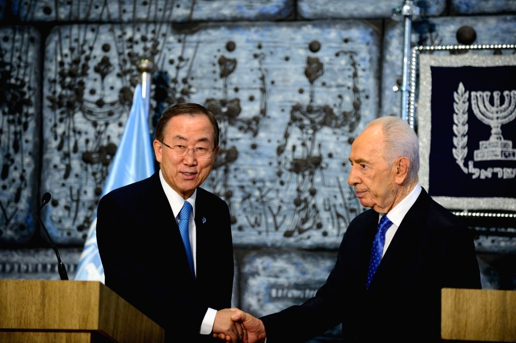 Israeli President Shimon Peres (R) meets with UN Secretary-General Ban Ki-moon in Jerusalem on Aug. 16, 2013.