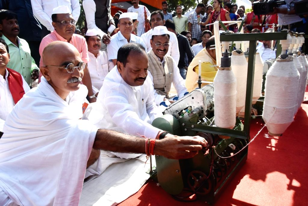 Jharkhand CM pays tribute to Gandhi, spins charkha