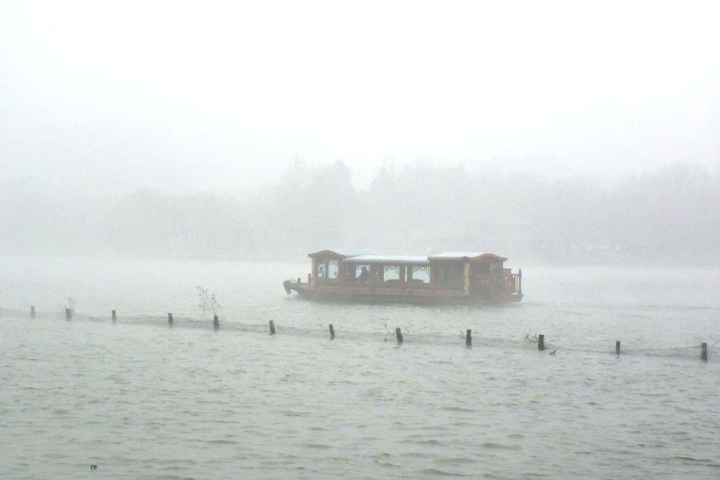 JI'Photo taken on Jan. 16, 2015 shows the haze-shrouded Daming Lake in Jinan, capital of east China's Shandong Province.