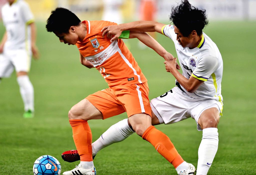 JINAN, April 20, 2016 - Hao Junmin (L) of China's Shandong Luneng FC fights with Chiba Kazuhiko of Japan's Sanfrecce Hiroshima during the Group H fifth round match at the 2016 AFC Champions League in ...
