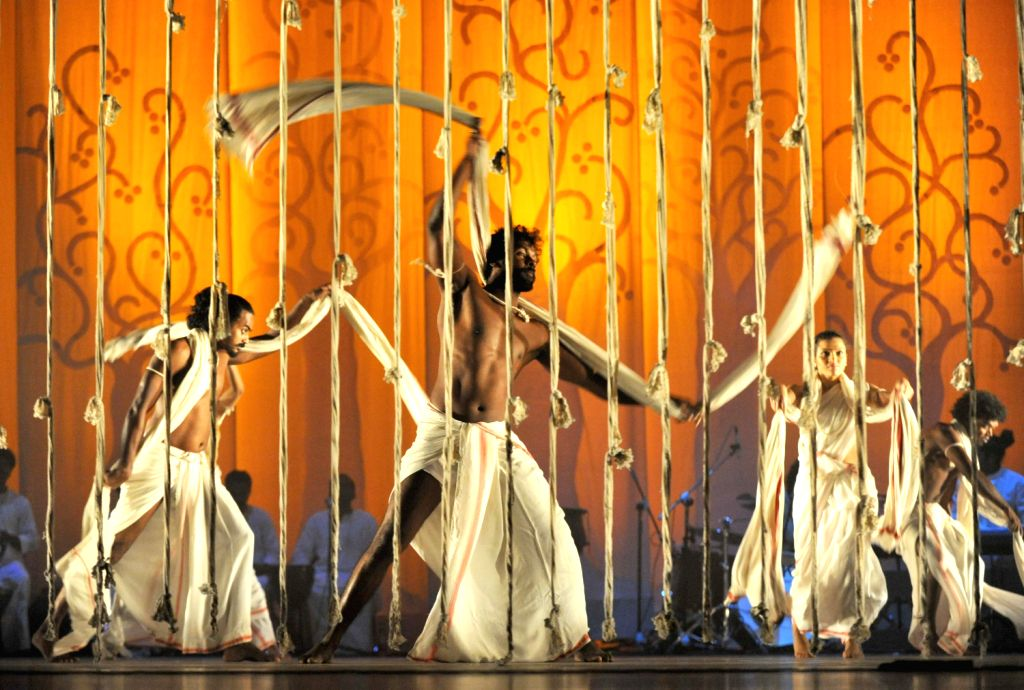 Members of Indian Daksha Sheth Dance Company perform in Jinan, east China's Shandong Province, Aug. 16, 2013.