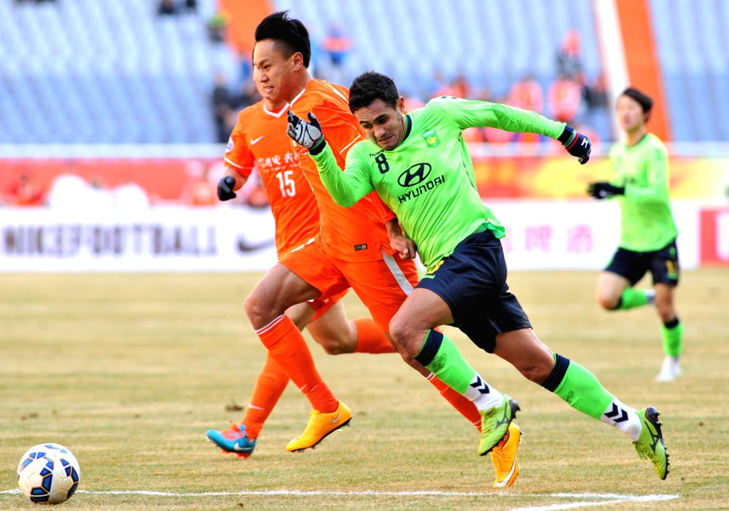 Enio Oliveira Junior (R) of South Korea's Jeonbuk Hyundai Motors vies for the ball during the group E match against China's Shandong Luneng FC at the 2015 AFC ...