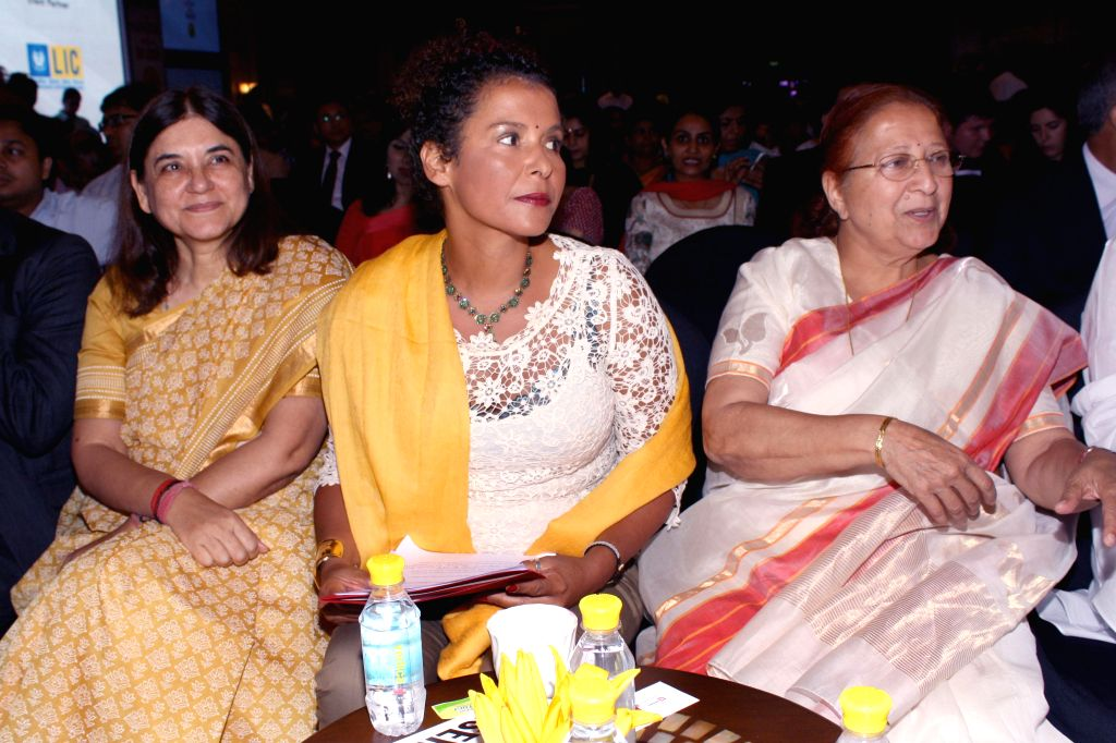 Journalist Mariane Pearl (C) with Union Minister for Women and Child Development Maneka Gandhi (L) and Lok Sabha Speaker Sumitra Mahajan (R) at the `Ramnath Goenka Excellence in Journalism Awards ... - Sumitra Mahajan and Development Maneka Gandhi