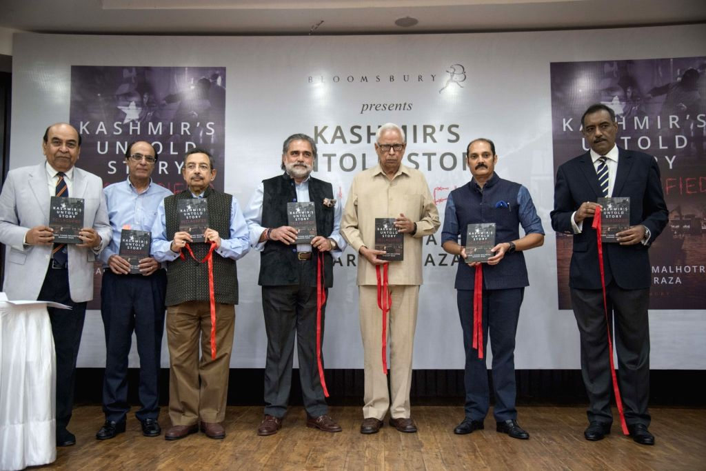 """Journalist Vinod Dua and other dignitaries at Iqbal Chand Malhotra and Maroof Raza's book """"Kashmir's Untold Story-Declassified"""" in New Delhi on Oct 7, 2019. - Iqbal Chand Malhotra"""