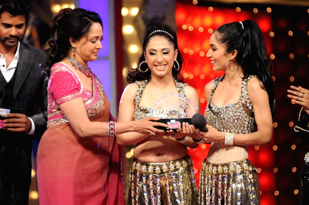 Judge Hema Malini and runners-up participants Mrigya Saklani with mentor Sanober Kabir at Colors Dancing Queen grand finale.