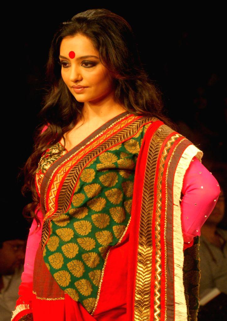 June Malia at the ramp during the Kolkata Fashion Week on 4  Apr 2009.
