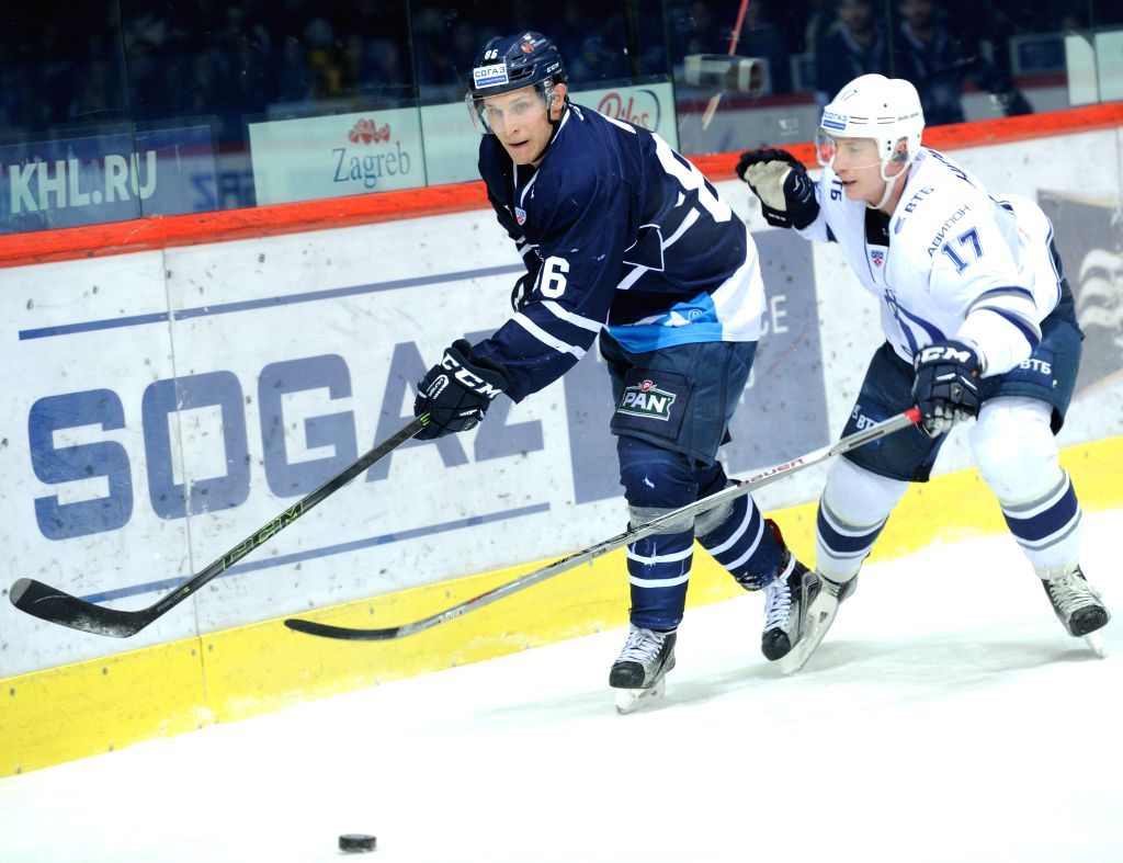 Juuso Hietanen of Dynamo Moscow (R) vies with Tomas Mertl of Medvescak Zagreb  during their Kontinental Hockey League (KHL) match in Zagreb, capital of Croatia, Jan. ...