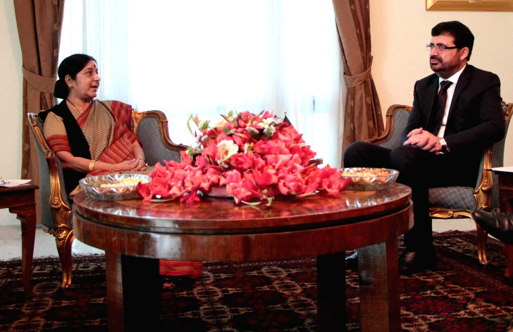 India Foreign Minister Sushma Swaraj (L) speaks with Afghan Foreign Minister Zarar Ahmad Usmani during their meeting at the foreign ministry in Kabul, Afghanistan, on