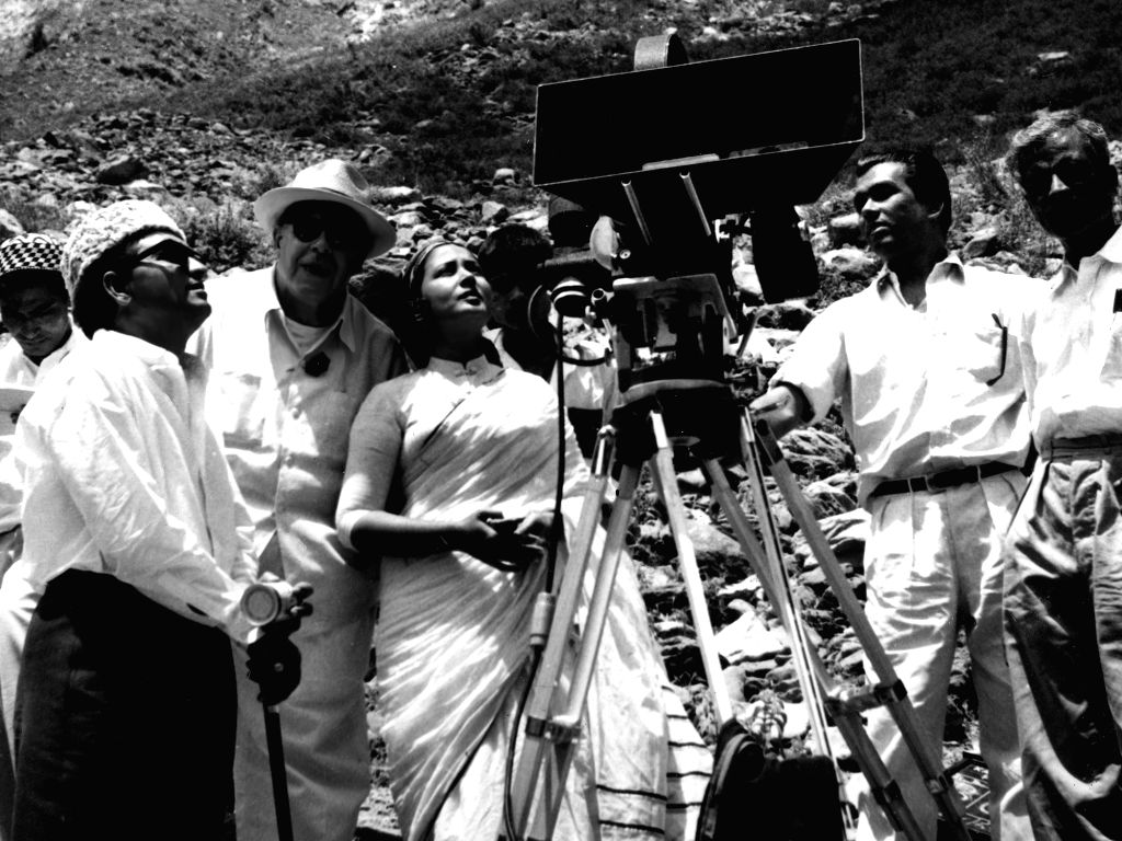 Kamal Amrohi, Josef Wirsching, Meena Kumari and 2 assistant cameramen on location in Kashmir during the filming of Kamal Pictures production of Dil Apna Preet aur Parai 1958.