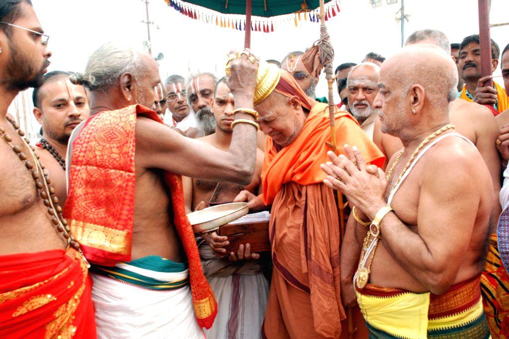 Kanchi Mutt Pontiff H.H.Sri Sri Jayendra Saraswathi had the blessings of Lord Venkateswara at Replic Temple of Sri Tirupathi Balaji Mandir in Allahabad on Feb. 5.