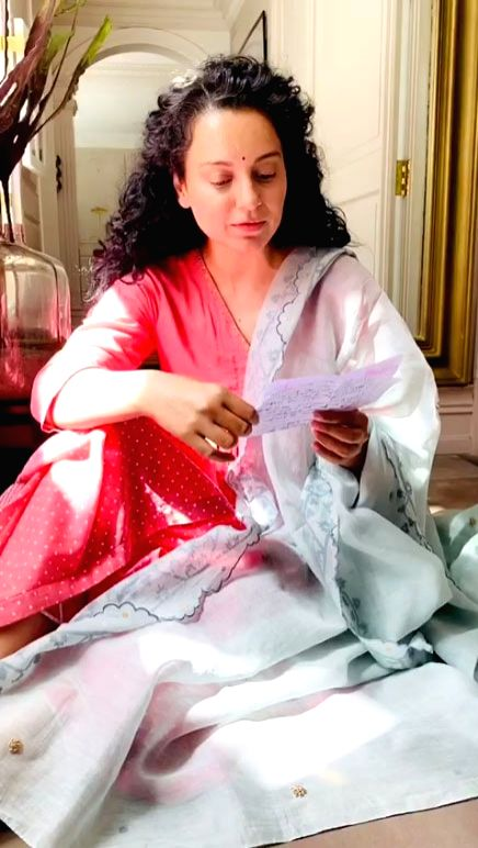 Kangana dedicates a self-composed poem to her mother.