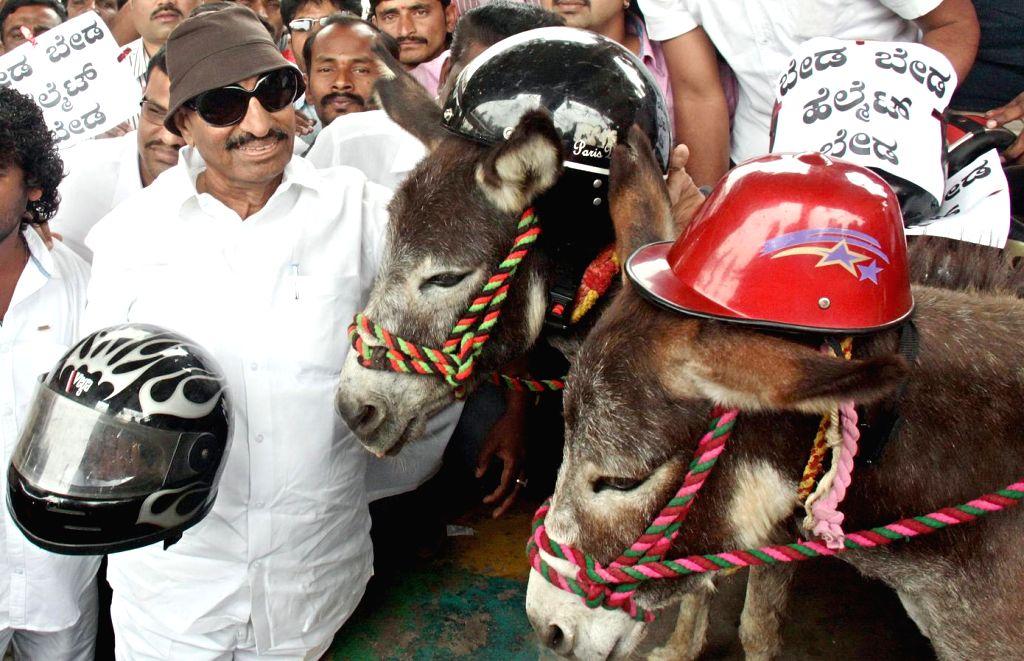Kannada Chalavali Vatal Paksha workers led by their chief Vatal Nagaraj protest agianst the new helmet rule in Karnataka; in Bengaluru on Jan 20, 2016.