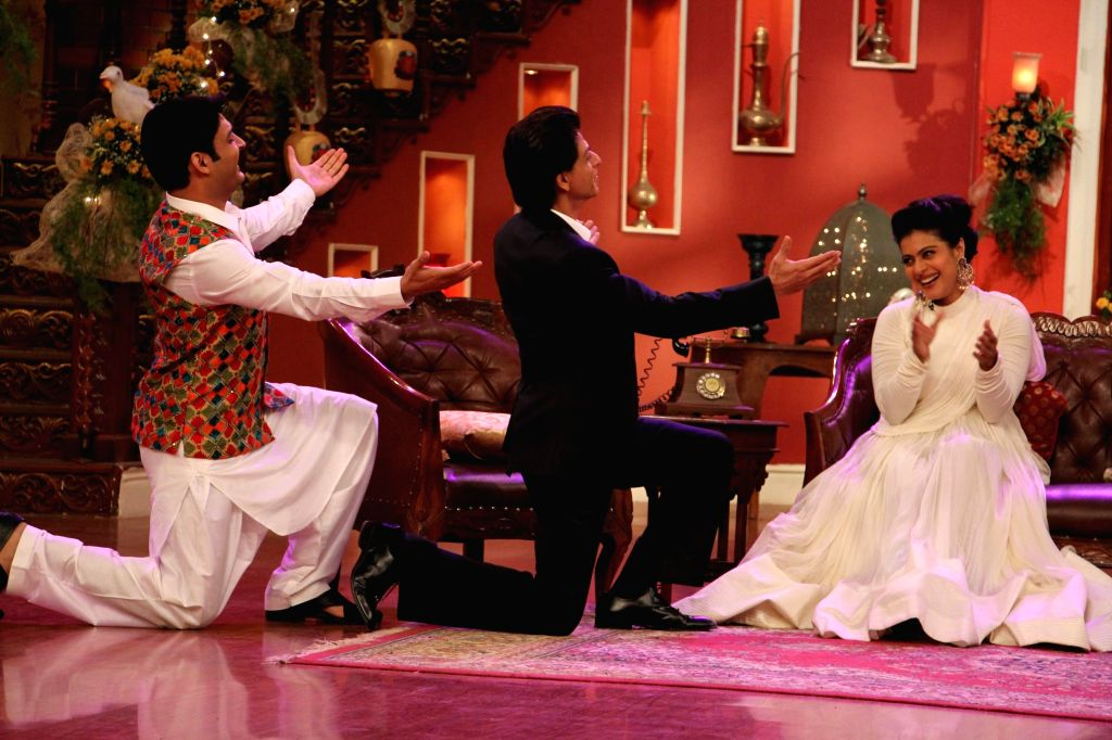 Kapil Sharma, Shahrukh Khan wooing Kajol on the sets of Comedy Nights With Kapil at Dilwale Dulhania Le Jayenge 1000 weeks completion special episode shoot on Comedy Nights With Kapil in Mumbai on ... - Kajol, Kapil Sharma and Shahrukh Khan