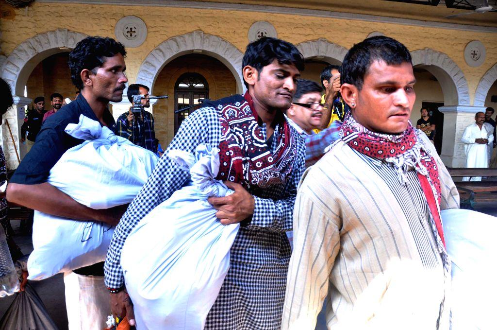 Released Indian fishermen arrive at a railway station in Karachi, Pakistan, Feb. 15, 2015. Pakistan on Sunday released 172 Indian fishermen from two different jails