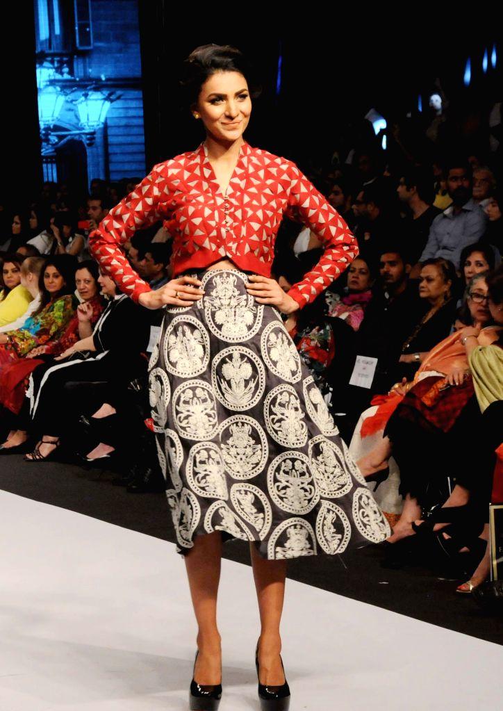 Karachi (Pakisstan): A model presents a creation by designer Maheen Karim on the last day of Fashion Pakistan Week in southern Pakistani port city of Karachi, Nov. 27, 2014. The three-day Fashion ...