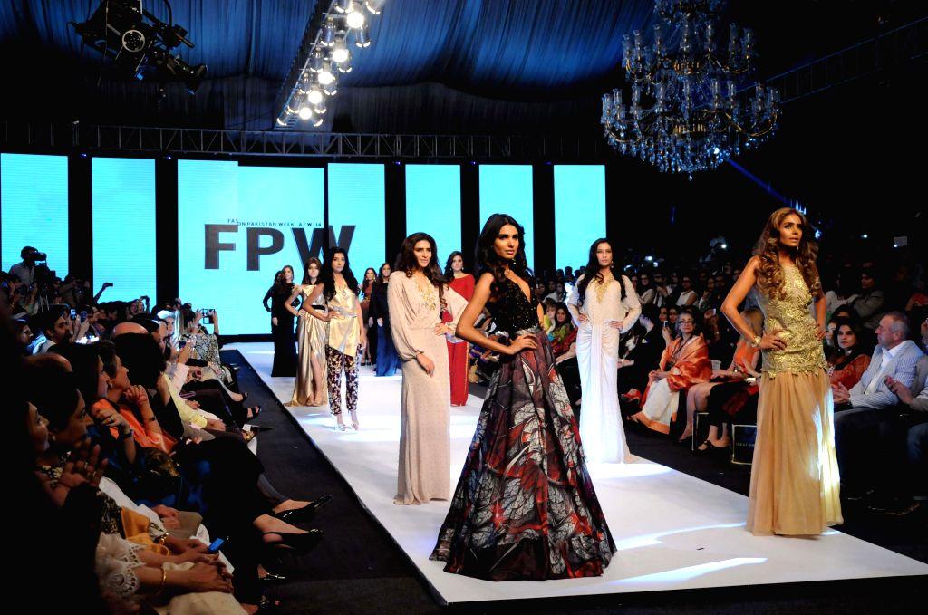 Karachi (Pakisstan): Models present creations by designer Maheen Karim on the last day of Fashion Pakistan Week in southern Pakistani port city of Karachi, Nov. 27, 2014. The three-day Fashion ...