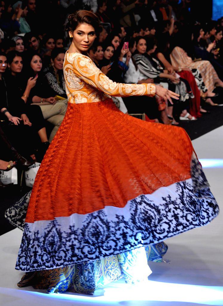 Karachi (Pakistan): A model presents a creation by designer Nida Azwer on the last day of Pakistan Fashion Week in southern Pakistani port city of Karachi on Nov. 27, 2014. The three-day Pakistan ...