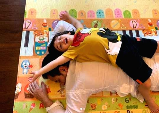 Kareena floored by Saif and son's back-to-back photo-op.