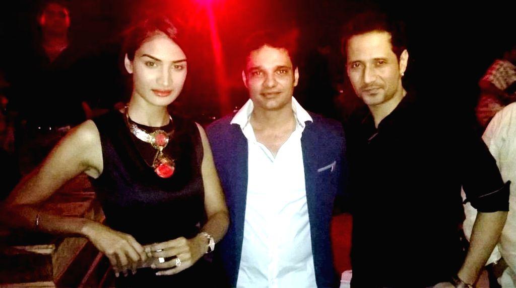 Karishma, Harpreet Singh Ahluwalia and Manmeet Singh of meet brothers during the launch of Rude Lounge`s Powai branch opening in Mumbai on June 14, 2014. - Harpreet Singh Ahluwalia and Manmeet Singh