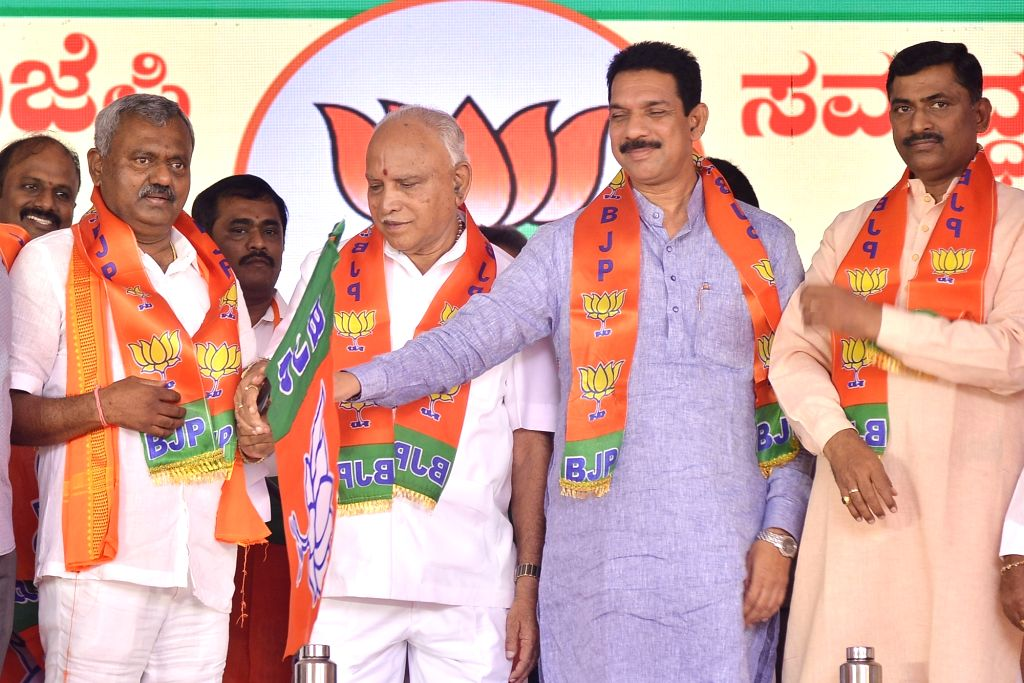 Karnataka Chief Minister B. S. Yediyurappa, BJP State President Nalin Kumar Kateel and party National Secretary Muralidhar Rao hand over the party flag to disqualified MLA S T Somashekar ... - B. S. Yediyurappa, Nalin Kumar Kateel and Secretary Muralidhar Rao