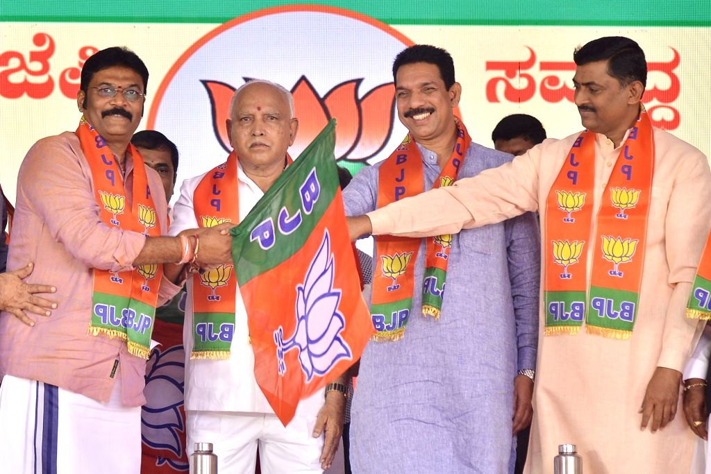 Karnataka Chief Minister B. S. Yediyurappa, BJP State President Nalin Kumar Kateel and party National Secretary Muralidhar Rao hand over the party flag to disqualified MLA Anand Singh ... - B. S. Yediyurappa, Nalin Kumar Kateel, Secretary Muralidhar Rao and Anand Singh